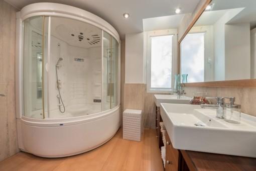 Badezimmer in Suite mit Hydromassage-Badewanne