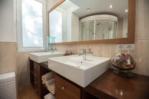 Zweites Badezimmer mit Doppelwaschbecken