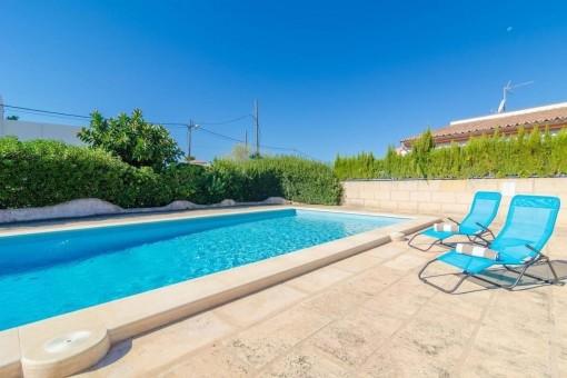 Sonnige Terrasse neben dem Pool
