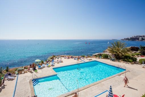 Vistas al mar mediterráneo y la piscina desde el balcón