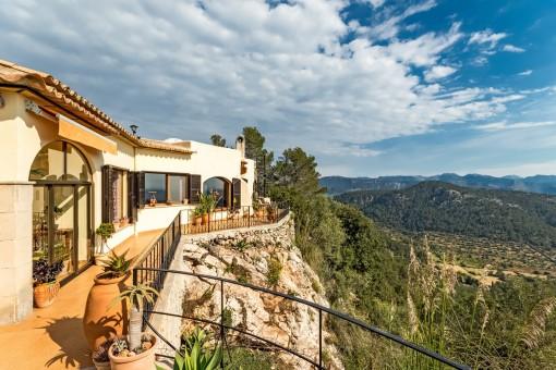 Balkon mit Blick auf die Landschaft