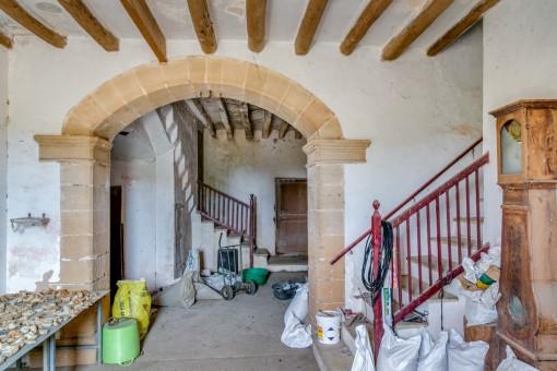 Eingangshalle mit Treppenaufgang zur oberen Etage