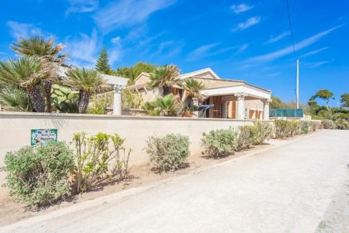 Blick von der Promenade auf die Villa