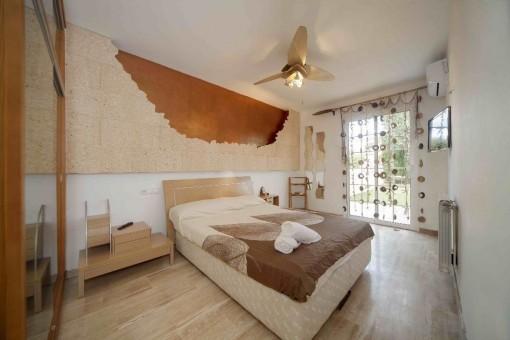 Freundliches Hauptschlafzimmer mit Terrassenzugang