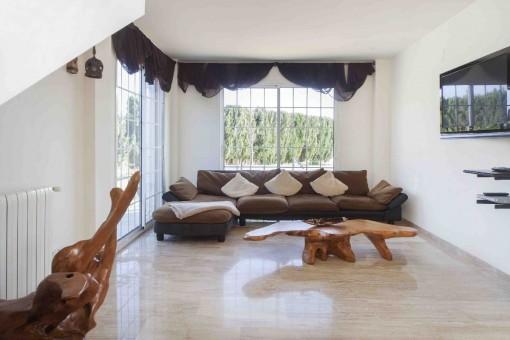 Helles Wohnzimmer mit großen Fenstern