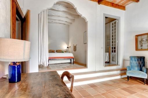 Schlafzimmer mit Blick auf den Flur
