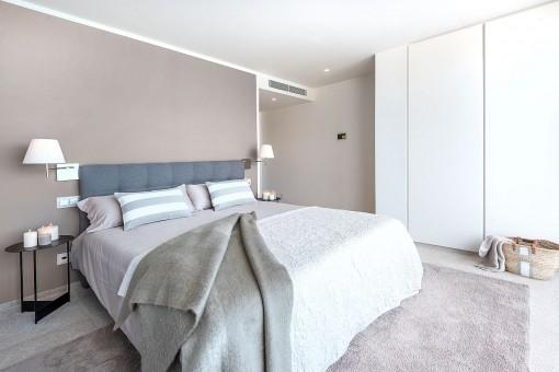 Gemütliches Doppelschlafzimmer mit Einbauschrank