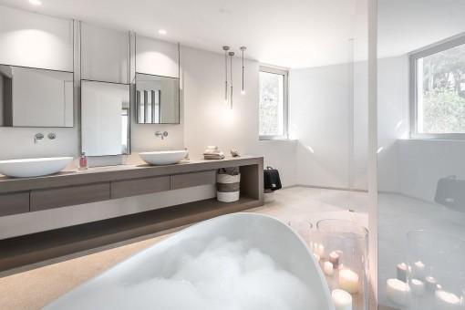 Romantische Atmosphäre des Badezimmers