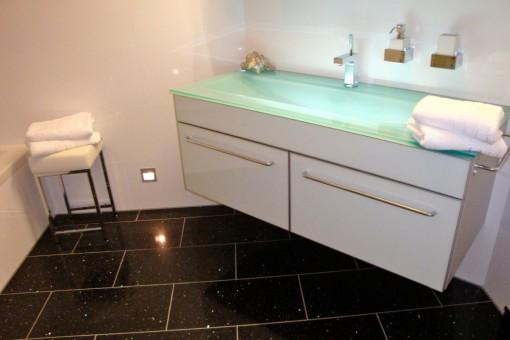 Modernes Badezimmer mit Waschbecken