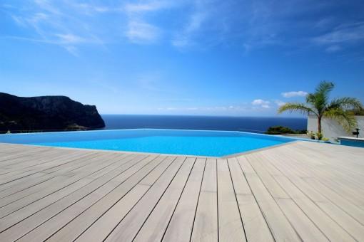 Swimmingpool ist von einer Holzterrasse umgeben