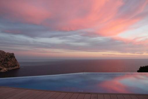 Blick auf den Sonnenuntergang vom Pool aus