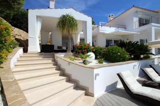Treppenaufgang führt von der Terrasse zur Villa