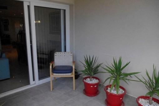 Überdachte Terrasse mit Blick in den Wohnbereich