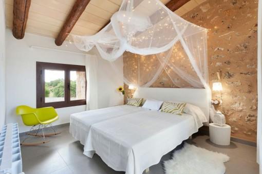 Gemütliches Schlafzimmer mit Natursteinwand
