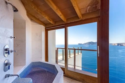 Badezimmer mit Blick auf das Mittelmeer