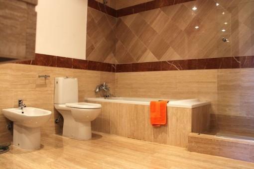 Modernes Badezimmer mit Badewanne und Dusche