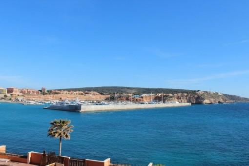 Blick über Port Adriano und die Küste