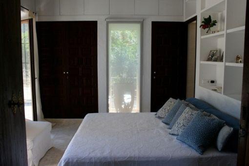 Eines von 2 Schlafzimmern mit Badezimmer en Suite