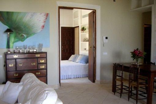 Hübsches Schlafzimmer neben dem Wohnbereich
