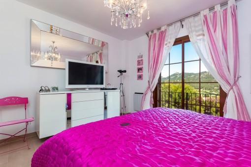 Schlafzimmer mit tollem Panoramafenster