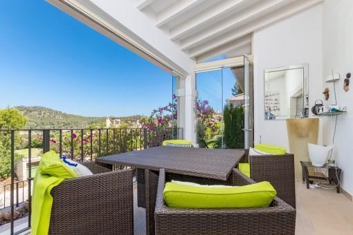 Loungebereich auf dem Balkon mit Blick über die Landschaft