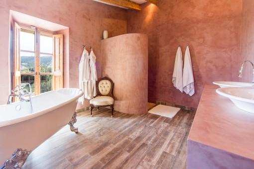 Halles Badezimmer mit Dusche und Badewanne