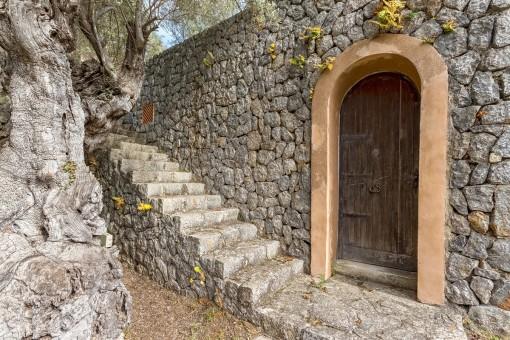 Neben dem Haus führt eine Außentreppe entlang