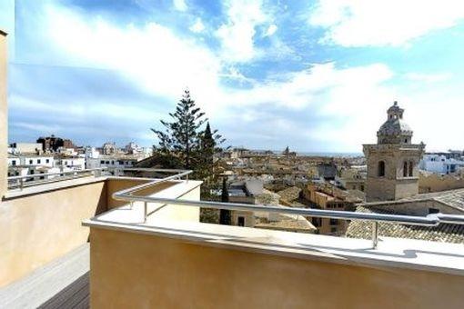 Bezauberndes, helles Penthouse-Apartment mit 20 qm privater Terrasse und Meerblick