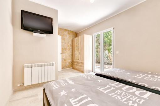 Schlafzimmer mit Natursteinwänden