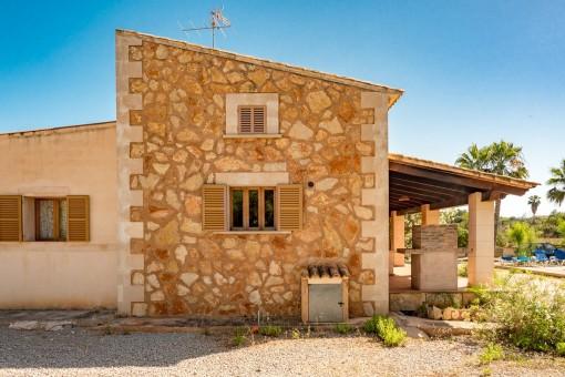 Finca mit einer Natursteinfassade
