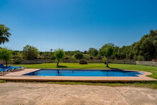 Blick von der Finca auf den Garten mit Swimmingpool
