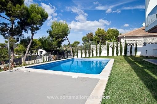 Schöner Garten mit Pool