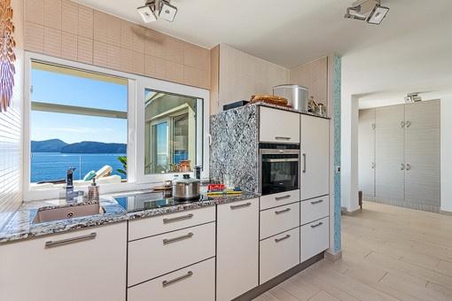 Moderne Küche mit wunderbarem Meerblick