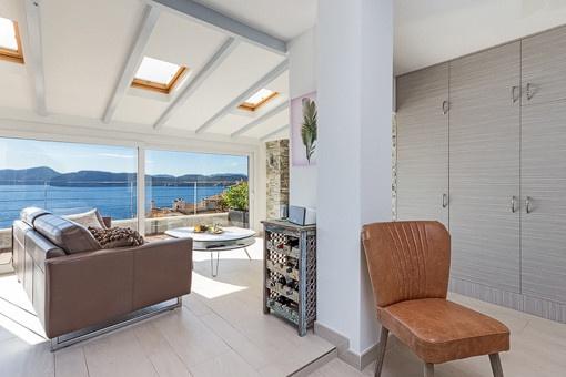 Einladender Wohnbereich mit Meerblick