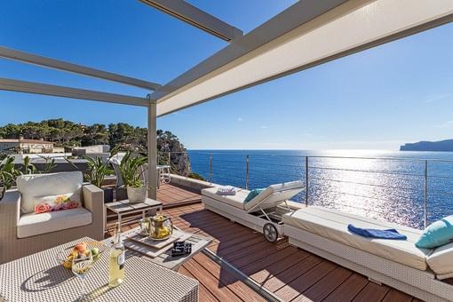 Sonnige Terrasse mit Sitzecke und Meerblick