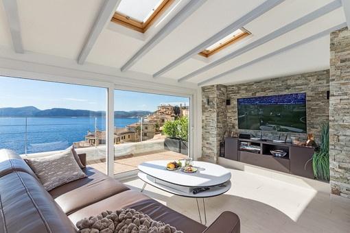 Loungeecke auf der überdachten Terrasse mit Meerblick
