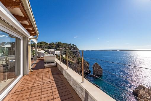 Großzügige Terrasse mit einzigartigem Ausblick auf das Meer