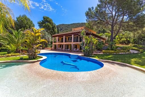 Blick von der Terrasse auf den Pool und die Finca