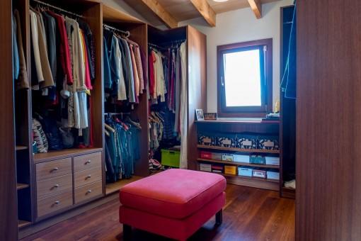 Ankleidezimmer des Hauptschlafzimmers