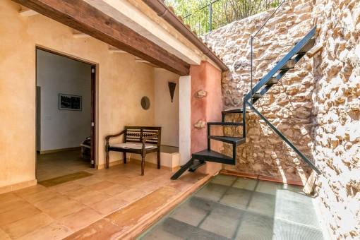 Terrasse mit Treppe zur Dachterrasse