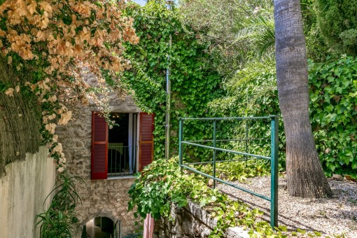 Idyllischer Garten neben dem Turm