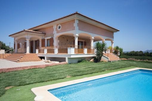 Moderne Finca im traditionellen Baustil mit Panoramablick über das Hinterland des Nordens Mallorcas