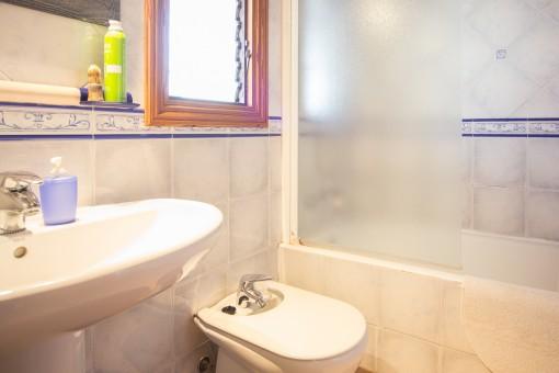 Eines von 2 Badezimmen