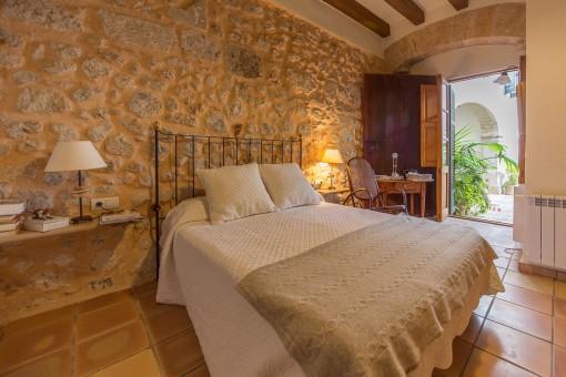 Gemütliches Schlafzimmer mit Natursteinwänden