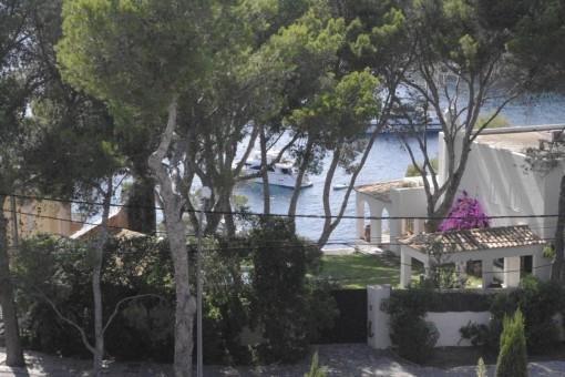 Blick auf die Boote, die vor Santa Ponsa geankert haben