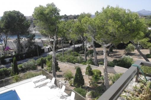 Blick vom Balkon auf den Gemeinschaftspool