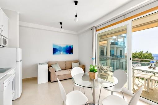 Wohn- und Essbereich mit voll ausgestatteter Küche und direktem Zugang zur Terrasse