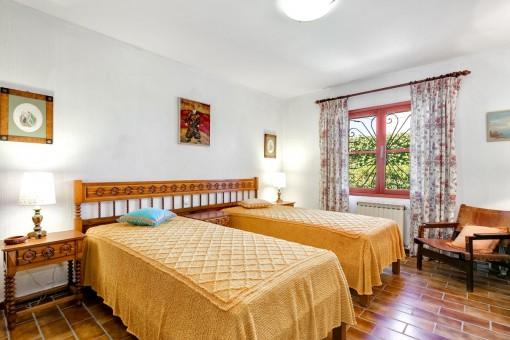 Rustikales Schlafzimmer mit 2 Betten