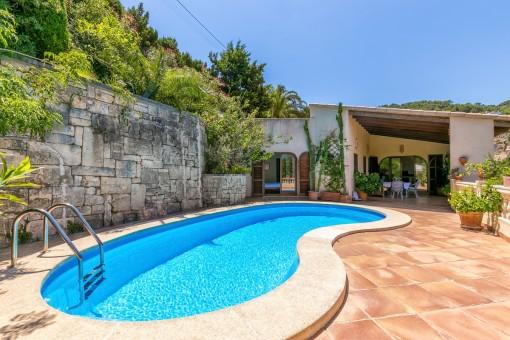 Poolbereich mit großzügiger Terrasse