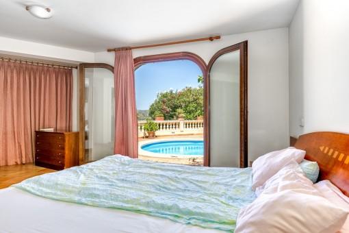 Schlafzimmer mit direktem Zugang zum Pool